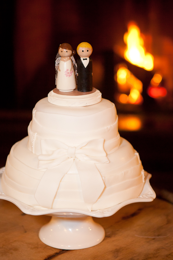white_wedding_cake_lake_oswego