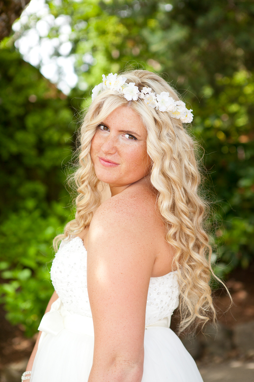 bridal_hair_curls_and_flowery_headband
