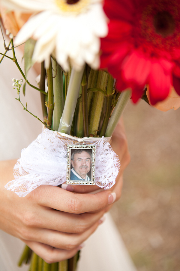 charm-with-photo-on-bouquet