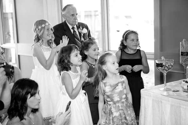kids-watching-cake-cutting-wedding-photo