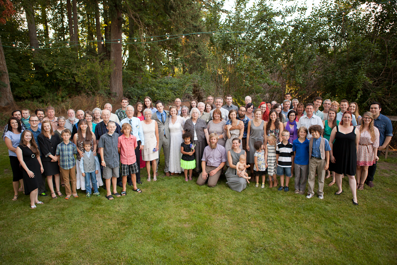 large_family_photo_outdoor_wedding_eugene