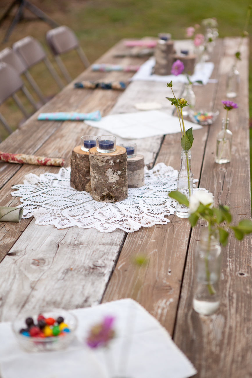 rustic_table_wood_logs_lace_glass_vases