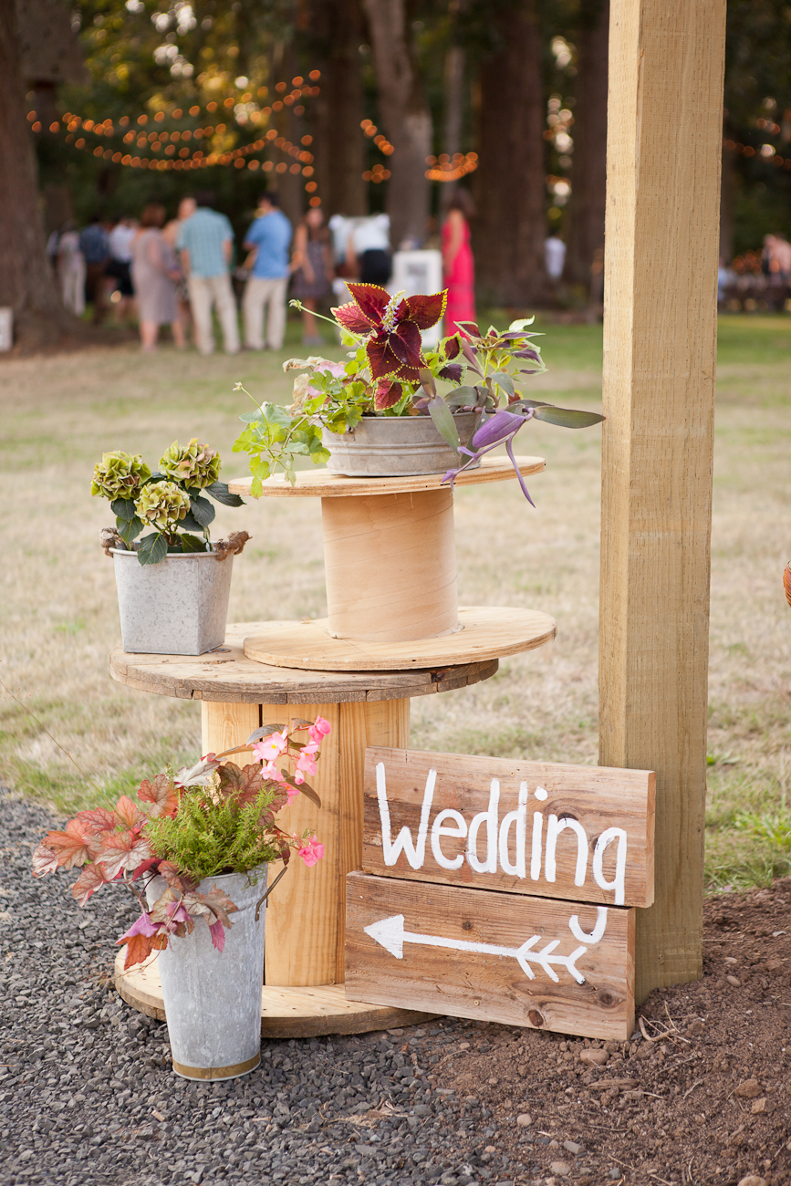 using_spools_as_wedding_decor