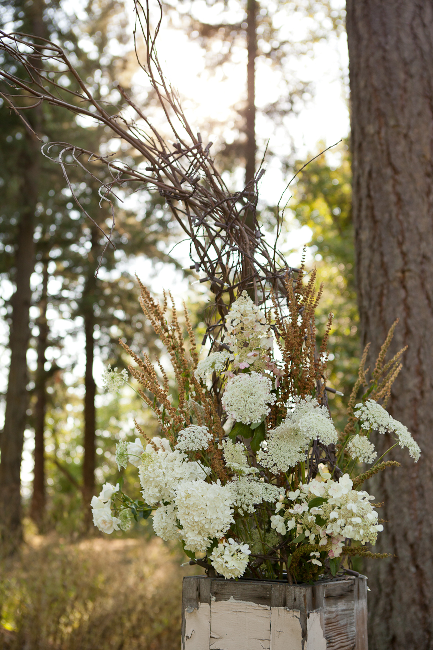 wedding_ceremony_flower_arrangement_rustic