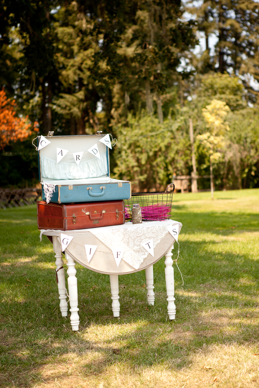 wedding_vintage_rustic_gift_table_old_suitcases