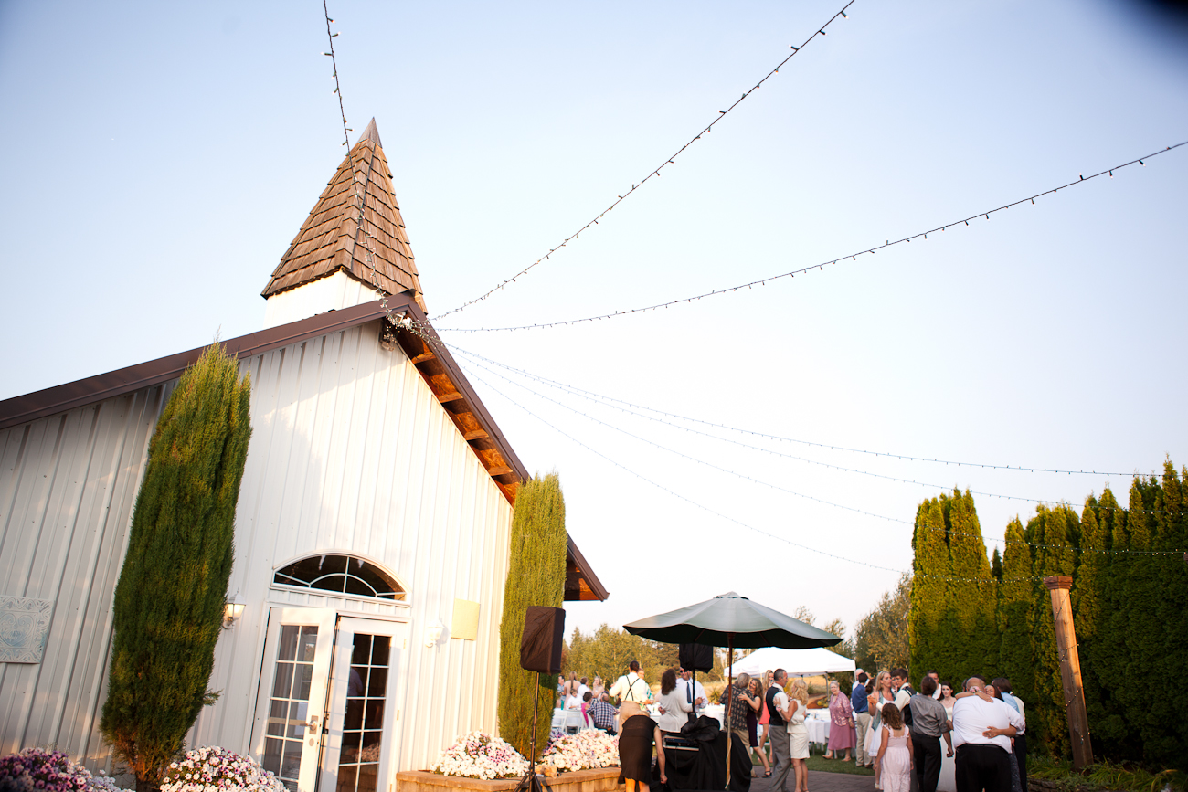 aurora_colony_vineyard_outdoor_reception_oregon
