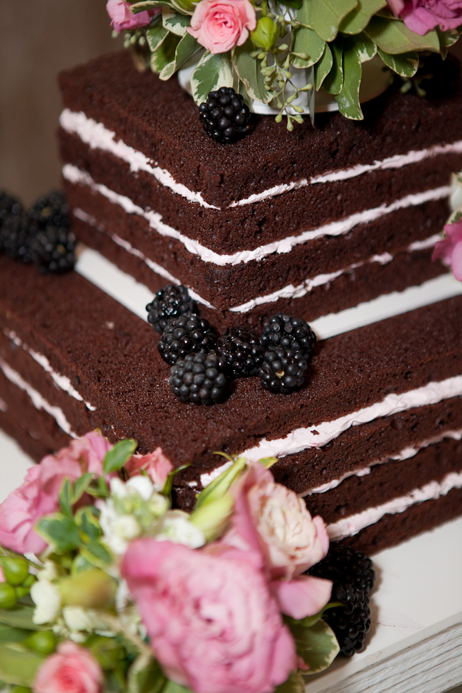 blackberries_on_unfrosted_wedding_cake