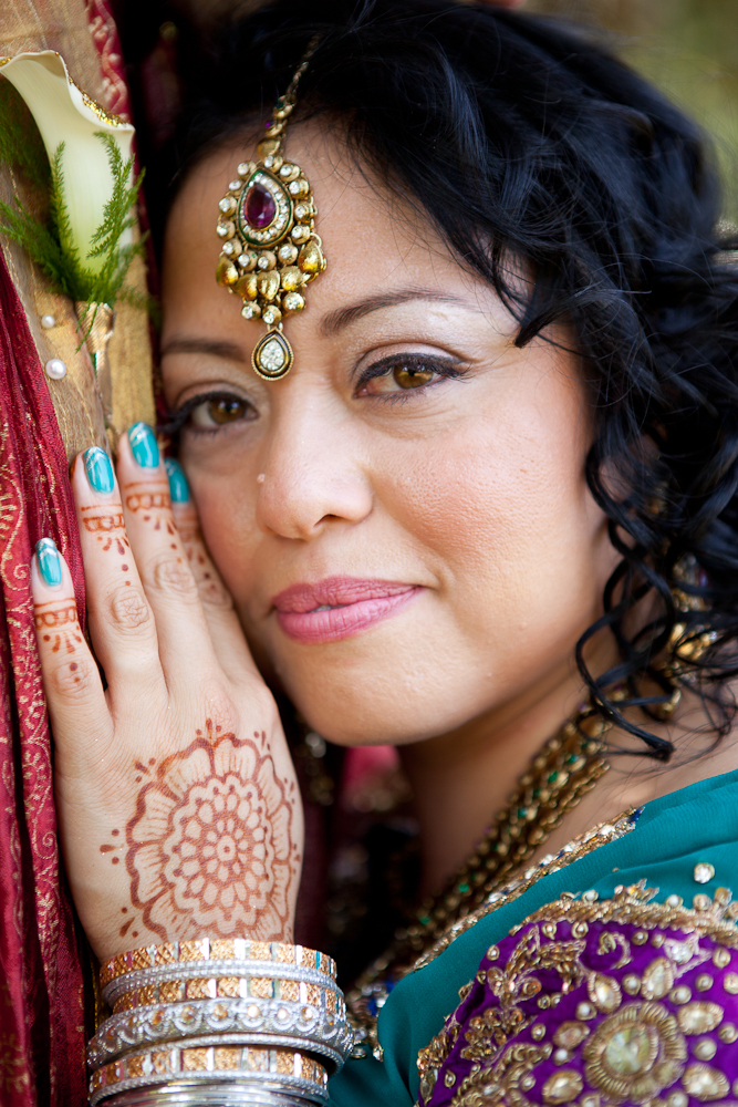 bride-with-tikka-jewel-and-henna