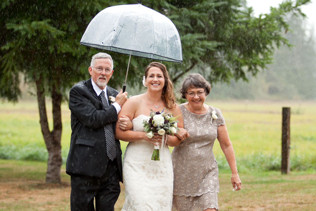 rainy-day-oregon-outdoor-wedding