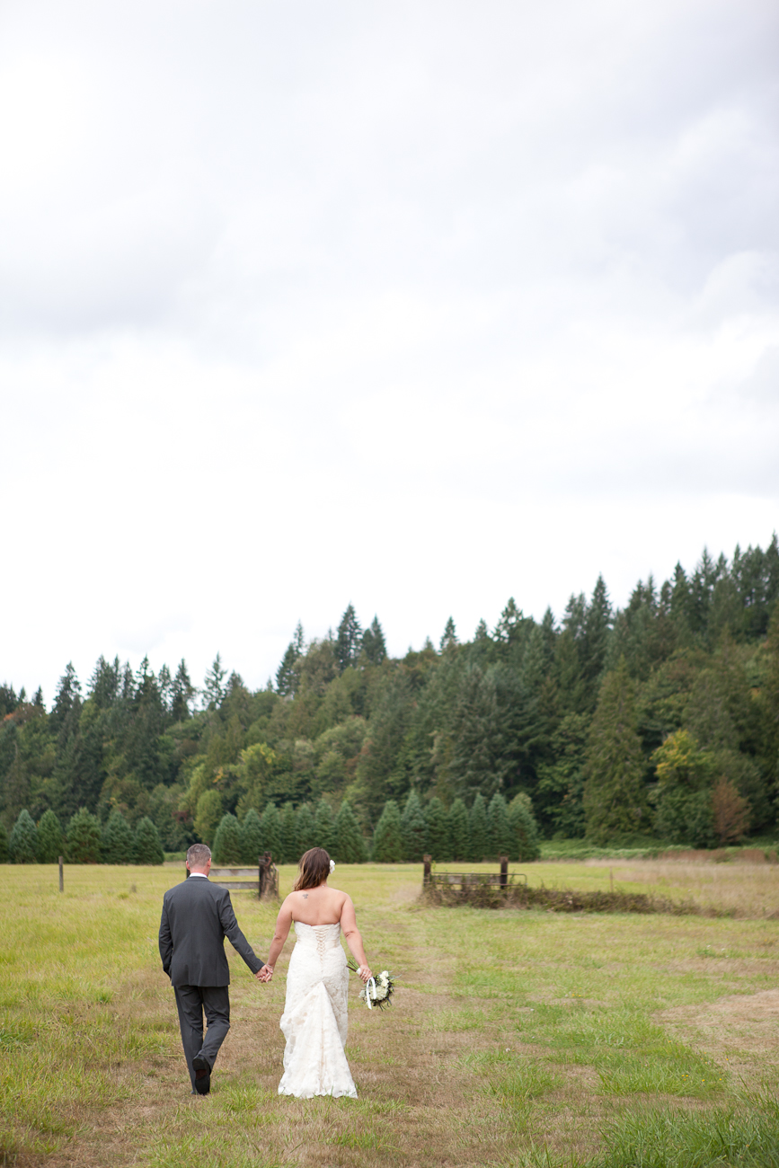 wedding-photographs-in-a-field-oregon