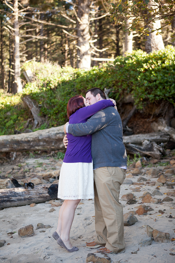 oregon-elopement-beach-ceremony-kiss