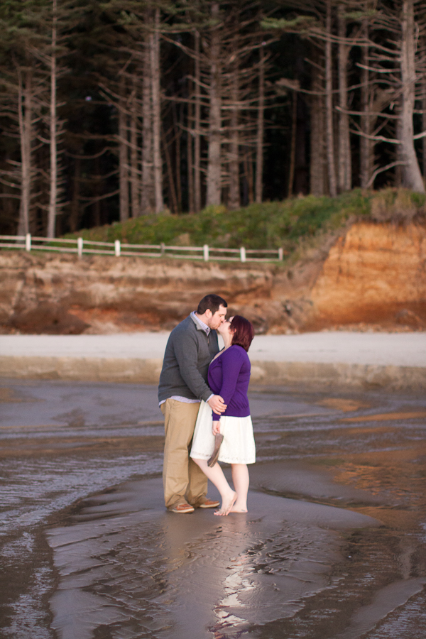 oregon-elopement-beach-kiss-in-steam